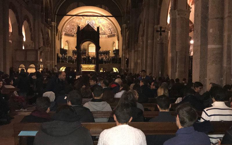 Giovani in preghiera a Sant'Ambrogio